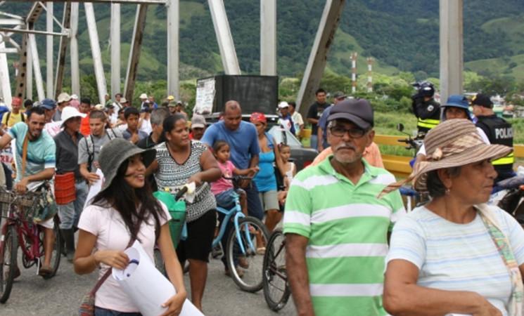 Comunidades toman puente sobre río Térraba